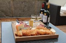 Loungen met Franse wijn, kaas en ham