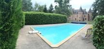 Zwembad met kasteel op achtergrond