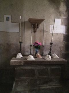 Altaar Chapelle de Bussolles met gipsafdrukken familie de la Faige