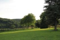 Grasveld aan de voorzijde van het kasteel