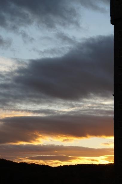 Ondergaande zon ten westen van het kasteel
